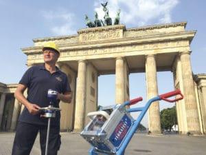 Leichtes Fallgewichtsgerät vor Brandenburger Tor